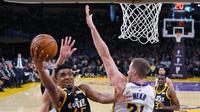 Donovan Mitchell (no 45) melakukan layup saat melawan Lakers (AP)