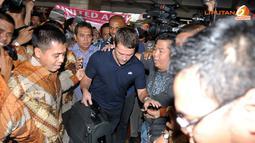 Michael Owen mencoba keluar dari kerumunan fans security maupun media massa (Liputan6.com/Helmi Fithriansyah)