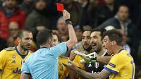 Kiper Juventus, Gianluigi Buffon, menerima kartu merah dari wasit ketika bersua Real Madrid, di Stadion Santiago Bernabeu, Rabu (11/4/2018). (AP Photo/Francisco Seco)