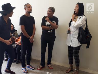Penyanyi Marcell Siahaan (kedua kiri) serta kerabat dan keluarga almarhum Yockie Suryo Prayogo menunggu di Ruang Jenazah, Rumah Sakit Pondok Indah, Bintaro, Tangsel (5/2). (Liputan6.com/Fery Pradolo)