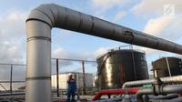 Petugas melakukan pengecekan di area Refinery Unit V Balikpapan, Kalimantan Timur, Senin (22/7/2019). Proyek Refinery Development Master Plan (RDMP) Balikpapan merupakan satu dari proyek pengembangan dan peningkatan kapasitas kilang yang dilakukan Pertamina. (Liputan6.com/Angga Yuniar)