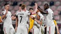 Para pemain Belgia merayakan gol yang dicetak oleh Romelu Lukaku ke gawang Wales pada laga Kualifikasi Piala Dunia 2022 di Stadion Den Dreef, Kamis (25/3/2021). Belgia menang dengan skor 3-1. (AFP/John Thys)