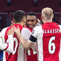 Gelandang Ajax, Ryan Gravenberch (tengah) merayakan gol yang dibuatnya bersama rekan-rekannya dalam laga lanjutan Liga Champions 2020/21 Grup D melawan FC Midtjylland di Johan Cruijff Stadium, Amsterdam, Kamis (26/11/2020). Ajax menang 3-1 atas FC Midtjylland. (AFP/Kenzo Tribouillard)