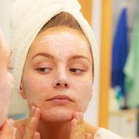 Ada yang menyebabkan jerawat, iritasi, kulit wajah kering, dan sebagainya. Jadi, jangan sampai 11 benda ini menempel di wajah kamu! (Foto: biospherenaturel.com)
