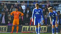 Reaksi kiper Cardiff City, Neil Etheridge, setelah kekalahan timnya 2-3 dari Crystal Palace yang memastikan mereka terdegradasi ke Championship musim depan. (AFP/Geoff Caddick)