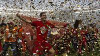 Bek Persija Jakarta, Rezaldi Hehanussa, merayakan gelar juara usai mengalahkan Mitra Kukar pada laga Liga 1 di SUGBK, Jakarta, Minggu (9/12). Persija menang 2-1 atas Mitra. (Bola.com/Yoppy Renato)