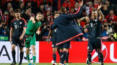 Pemain Bayern Muenchen merayakan kemenangannya usai pertandingan melawan Benfica di leg kedua Liga Champions di Stadion Da Luz, Lisboa, Portugal, Kamis (14/4). Muenchen lolos ke semifinal usai mengalahkan Benfica dengan agregat 3-2. (Reuters/Paul Hanna)