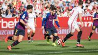 Lionel Messi (tengah) saat berada dalam kepungan pemain Sevilla, pada laga Februari 2019.  (FOTO / La Liga)