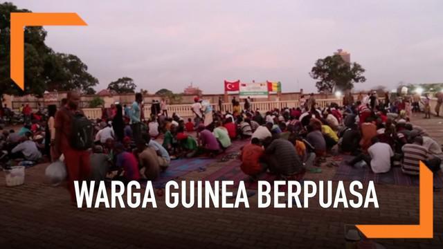 Keterbatasan tidak menyurutkan semangat berpuasa warga Guinea, Afrika Barat. Sejumlah masjid memberikan bantuan makanan untuk warga mulim maupun non-muslim.