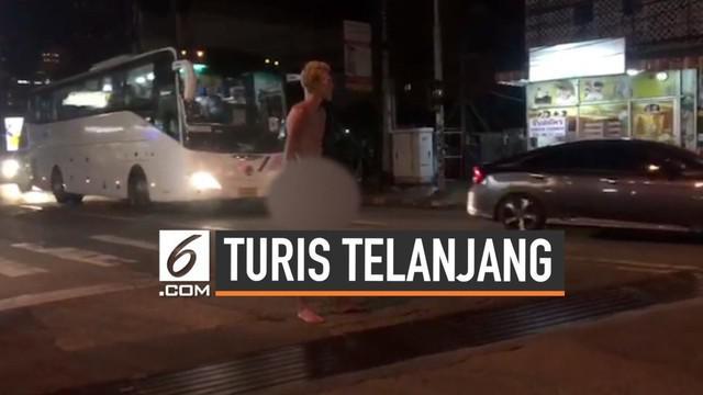 Tanpa alasan yang jelas, seorang turis nekat telanjang di jalan Pattaya, Thailand. Tak hanya itu, turis tersebut juga mengganggu para pengguna jalan.