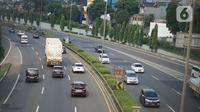 Kendaraan melintasi ruas jalan tol di Jakarta, Selasa (19/5/2020). PT Jasa Marga (Persero) Tbk memprediksi volume lalu lintas selama Lebaran akan mengalami penurunan signifikan sebesar 58,7 persen untuk pasca Idul Fitri akibat larangan mudik selama pandemi COVID-19. (Liputan6.com/Immanuel Antonius)