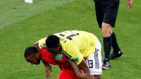 Wasit mengamati perebutan bola antara pemain timnas Inggris, Raheem Sterling dan bek Kolombia, Yerry Mina pada babak 16 besar Piala Dunia 2018 di Stadion Spartak, Selasa (3/7). Sebuah kejadian menarik tertangkap kamera pada laga itu. (AP/Antonio Calanni)