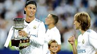 Kegembiraan bintang Real Madrid, Cristiano Ronaldo saat mengangkat trofi Piala Super Spanyol 2017 di Santiago Bernabeu stadium, Madrid, (16/8/2017). Real menang agregat 5-1. (AP /Francisco Seco)