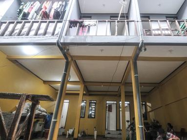Aktivitas warga saat kembali menempati rumah saat proyek 'rumah panggung' hampir rampung di Kebon Pala, Kelurahan Kampung Melayu, Jakarta Timur, Rabu (2/6/2021). Sebanyak 18 unit proyek 'rumah panggung' yang digagas oleh Gubernur Anies Baswedan hampir rampung dibangun. (merdeka.com/Iqbal S Nugroho)