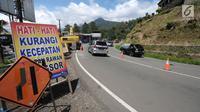 Kondisi arus lalu lintas di sekitar area yang longsor di kawasan Ciloto, Cianjur, Jawa Barat, Sabtu (31/3). Longsor yang terjadi pada Rabu (28/3) lalu diduga adanya pergerakan tanah sehingga menyebabkan longsor. (Liputan6.com/Helmi Fithriansyah)