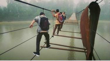Jembatan Gantung Putus di Bungo Jambi, Warga Terpaksa Sebrangi Sungai dengan Perahu