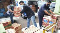 Peruri menyerahkan bantuan untuk korban bencana banjir yang melanda Kabupaten Karawang (dok: Peruri)