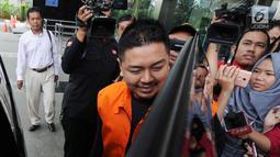 Wali Kota Kendari Adriatma Dwi Putra masuk ke dalam mobil usai menjalani pemeriksaan di gedung KPK, Jakarta, Selasa (13/3). Adriatma diperiksa sebagai tersangka terkait suap proyek pengadaan barang dan jasa tahun 2017-2018. (Merdeka.com/Dwi Narwoko)