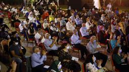 Pengunjung menyaksikan konser di teater terbuka Gedung Opera Kairo, Mesir, Kamis (9/7/2020). Sekitar 400 pengunjung menghadiri konser yang diadakan di teater terbuka Gedung Opera Kairo. (Xinhua/Ahmed Gomaa)