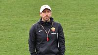 Pelatih AS Roma, Eusebio Di Francesco melihat pemainnya berlatih di tempat latihan AS Roma di Trigoria, selatan Roma (5/3). Roma akan bertanding melawan Porto pada leg kedua babak 16 besar Liga Champions di Estadio do Dragao. (AFP Photo/Andreas Solaro)