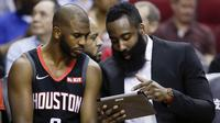James Harden (kanan) berdiskusi dengan Chris Paul saat melawan Portland Trail Blazers di Houston. (AP Photo/Eric Christian Smith)