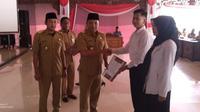 Bupati Sampang Slamet Junaidi dan Wakilnya Abdullah Hidayat saat menyerahkan SK CPNS kepada 222 CPNS formasi 2018.