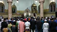 Ratusan jemaah melaksanakan salat tarawih di masjid yang berada di Jalan Sisingamangaraja, Kecamatan Medan Kota tersebut.