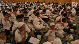 """Sejumlah anak yatim mengikuti buka bersama di Pullman Central Park Jakarta, Selasa (22/5). Buka puasa bersama tersebut mengambil tema """"Dengan Semangat Ramadan Membangun Kreatifitas & Akhlak Anak Bangsa"""". (Liputan6.com/Arya Manggala)"""