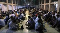 Ribuan umat muslim menunggu buka puasa di Masjid Istiqlal, Jakarta, Kamis (17/5). Panitia menyediakan 3.500 paket makanan untuk buka puasa bersama. (Liputan6.com/Arya Manggala)