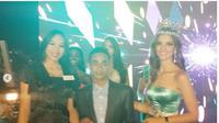Jahidi menerima penghargaan dari Miss World Organization dalam acara makan malam yang digelar usai memahkotai perwakilan Meksiko. (dok. Instagram @missworld/https://www.instagram.com/p/BrK7Bvwj8Ru/Dinny Mutiah)