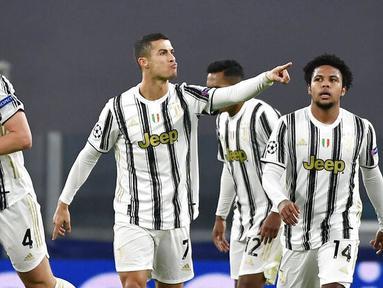 Striker Juventus, Cristiano Ronaldo, melakukan selebrasi usai mencetak gol ke gawang Ferencvaros pada laga Liga Champions di Turin, Rabu (25/11/2020). Juventus menang dengan skor 2-1. (Marco Alpozzi/LaPresse via AP)