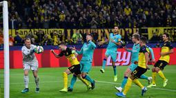 Kiper Barcelona Marc-Andre ter Stegen (kiri) menangkap bola setelah pemain Borussia Dortmund Marco Reus gagal mencetak gol melalui tendangan penalti saat bertanding pada laga Grup F Liga Champions di Dortmund, Jerman, Selasa (17/9/2019). Pertandingan berakhir 0-0. (AP Photo/Martin Meissner)