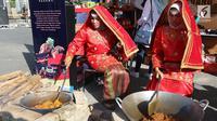 Peserta pameran memasak jamur dalam Padang KulineRun 2017, di Kota Padang, Sumatera Barat, Minggu (24/09). Lomba lari dengan memadukan wisata kuliner bertujuan untuk lebih memperkenalkan pariwisata kota Padang. (Liputan6.com/Fery Pradolo)