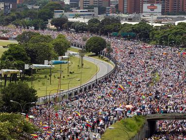 """Ribuan pendukung kelompok oposisi turun ke jalan saat unjuk rasa anti-Presiden Nicolas Maduro di Caracas, Venezuela (26/10). Unjuk rasa bertajuk """"Ambil Alih Venezuela"""" ini menuntut adanya referendum untuk melengserkan Maduro. (REUTERS/Christian Veron)"""