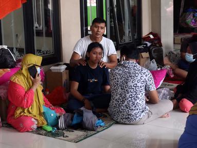 Aktivitas warga saat mengungsi di halaman Masjid Jami Al-Jihad, Perumahan Periuk Damai, Tangerang, Banten, Selasa (23/2/2021). Banjir setinggi 2,5 meter membuat warga harus mengungsi di tempat yang aman. (Liputan6.com/Angga Yuniar)