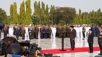 Presiden Jokowi memimpin upacara peringatan Hari Pahlawan di TMP Kalibata, Jakarta, Minggu (10/11/2019). (Liputan6.com/Fachrur Rozie)