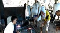 Masyarakat kampung pandai besi di Kabupaten Majene, Sulbar tampak sedang membuat keris jenis jambia (Liputan6.com/ Eka Hakim)