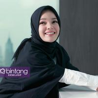 Dewi Sandra menceritakan kehidupannya pasca hijrah. Kini ia mantap berbusana muslimah. (Foto: Adrian Putra, Stylist: Indah Wulansari, DI: Muhammad Iqbal Nurfajri/Bintang.com)
