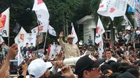 Capres nomor urut 2 Prabowo Subianto melambaikan tangan ke para pendukungnya di Plasa BKB Palembang (Liputan6.com / Nefri Inge)