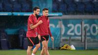 Hakan Calhanoglu dan Cengiz Under, dua pemain Timnas Turki yang mengenal betul kekuatan Timnas Italia saat kedua tim bertemu di laga pembuka Euro 2020. (Filippo MONTEFORTE / AFP)