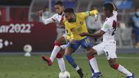 Striker Brasil, Neymar, berebut bola dengan gelandang Peru,  Christofer Gonzales, pada laga lanjutan kualifikasi Piala Dunia 2022 zona Amerika Selatan, di Estadio Nacional de Lima, Rabu (14/10/2020) pagi WIB. Brasil menang 4-2 atas Peru. (AFP/Sebastian Castaneda/pool)