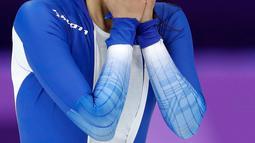 Skater Lee Sang Hwa dari Korsel menangis setelah kalah pada cabang skating speed 500 meter putri di Olimpiade Musim Dingin Pyeongchang 2018, Minggu (18/2). Sang-hwa merupakan juara bertahan dua kali Olimpiade dan pemegang rekor dunia (AP/Petr David Josek)