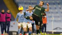Striker Tottenham Hotspur, Harry Kane, mengontrol bola saat melawan Manchester City pada laga Liga Inggris di Stadion Etihad, Sabtu (13/2/2021). City menang dengan skor 3-0. (Tim Keeton/Pool via AP)