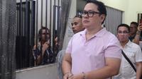 Wali Kota Clarin, David Navarro (berborgol) memasuki kantor polisi setelah penangkapannya di Cebu. Orang-orang bersenjata menghentikan van polisi yang membawa Navarro ke kantor kejaksaan negara bagian di Cebu tengah dan menembaknya. (AFP)