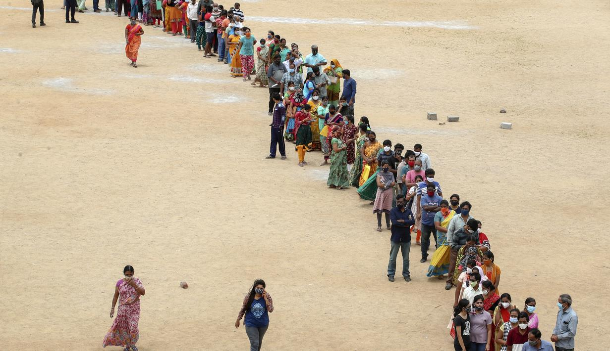Ratusan orang mengantre untuk menerima vaksin Covid-19 dosis kedua di Hyderabad, India, Kamis (29/7/2021). India pada Kamis mencatat 43.509 kasus baru virus corona dalam 24 jam sebelumnya, sehingga totalnya mencapai 31,53 juta. (AP Photo/Mahesh Kumar A.)