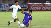Pemain tengah Timnas Indonesia U-16, Resa Aditya Nugraha (kiri) berebut bola dengan pemain Filipina U-16, Uriel Dalapo pada kualifikasi Piala AFC U-16 2020 Grup G di Stadion Madya Gelora Bung Karno, Jakarta, Senin (16/9/2019). Indonesia U-16 unggul 4-0. (Liputan6.com/Helmi Fithriansyah)