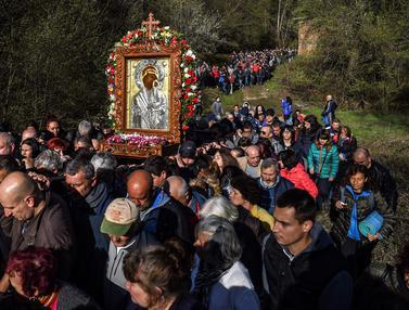 Melihat Prosesi Kristen Ortodoks Bulgaria di Hari Kedua Paskah