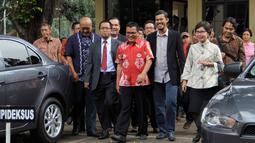 Mantan Wakil Menkumham Denny Indrayana (tengah) memenuhi panggilan penyidik Bareskrim Polri, Jakarta, Jumat (27/3/2015). Denny diperiksa sebagai tersangka kasus dugaan korupsi payment gateway di Kemenkumham tahun 2014. (Liputan6.com/Helmi Afandi)