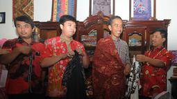 Jokowi mencoba kain batik yang akan dibelinya saat mampir di salah satu toko batik di Cirebon, Jawa Barat , Rabu (18/6/2014) (Liputan6.com/Herman Zakharia).
