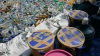 Petugas mengoperasikan alat berat untuk memusnahkan ribuan botol minuman keras (miras) di halaman Mapolda DIY, Senin (6/6). Semua barang bukti yang dimusnahkan petugas merupakan hasil Operasi Pekat yang digelar sebelum Ramadan. (Liputan6.com/Boy Harjanto)
